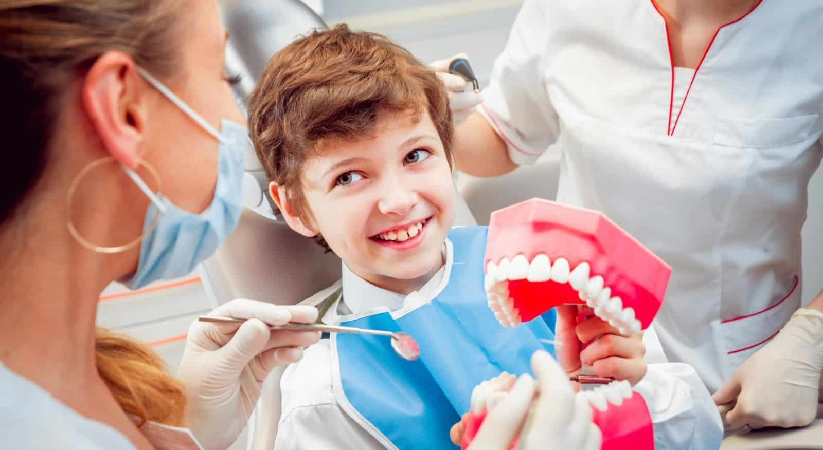 Как доктора работают в детской стоматологии