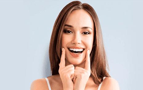 Девушка после процедуры отбеливания зубов