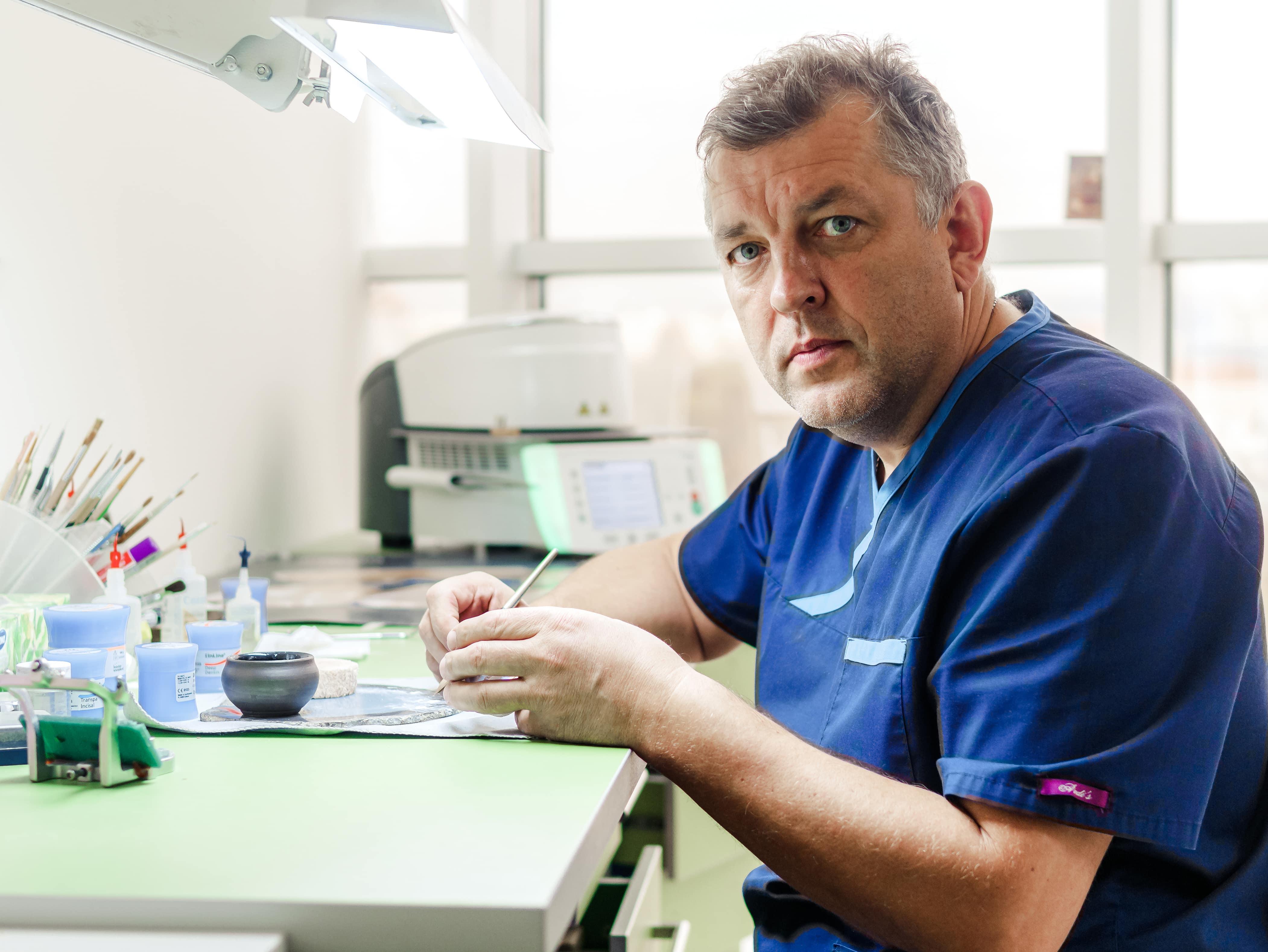 Зубной техник стоматологического центра Церекон