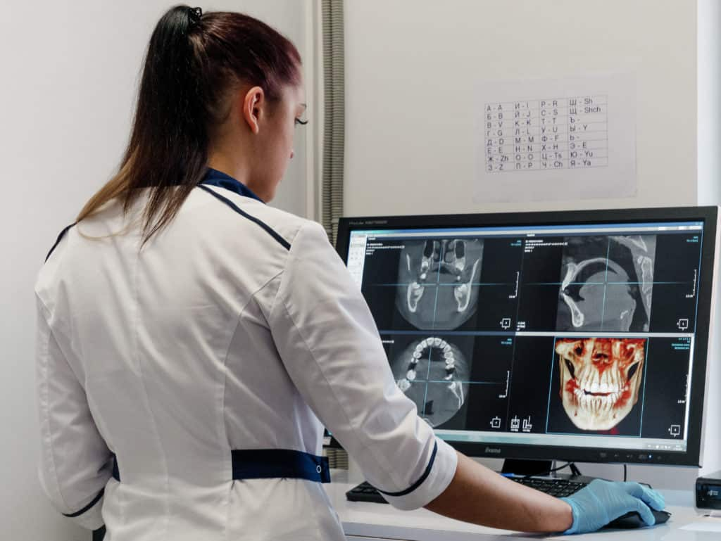 Специалист стоматологического центра Церекон
