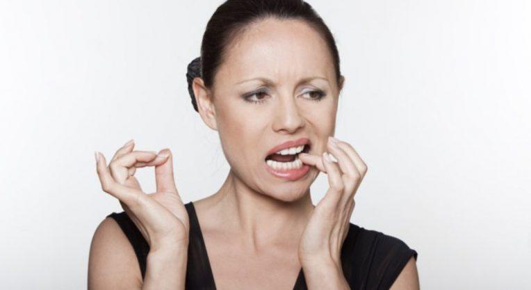 При надавливании зуб под коронкой начинает болеть